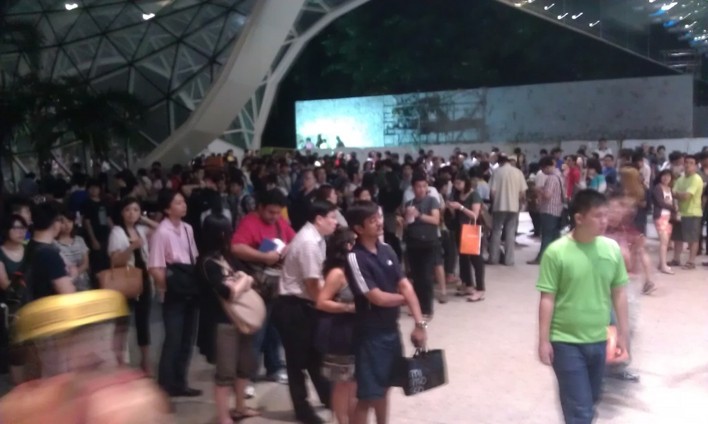 Starhub Samsung Galaxy Note II LTE Pre-launch - Queue outside Plaza Singapura