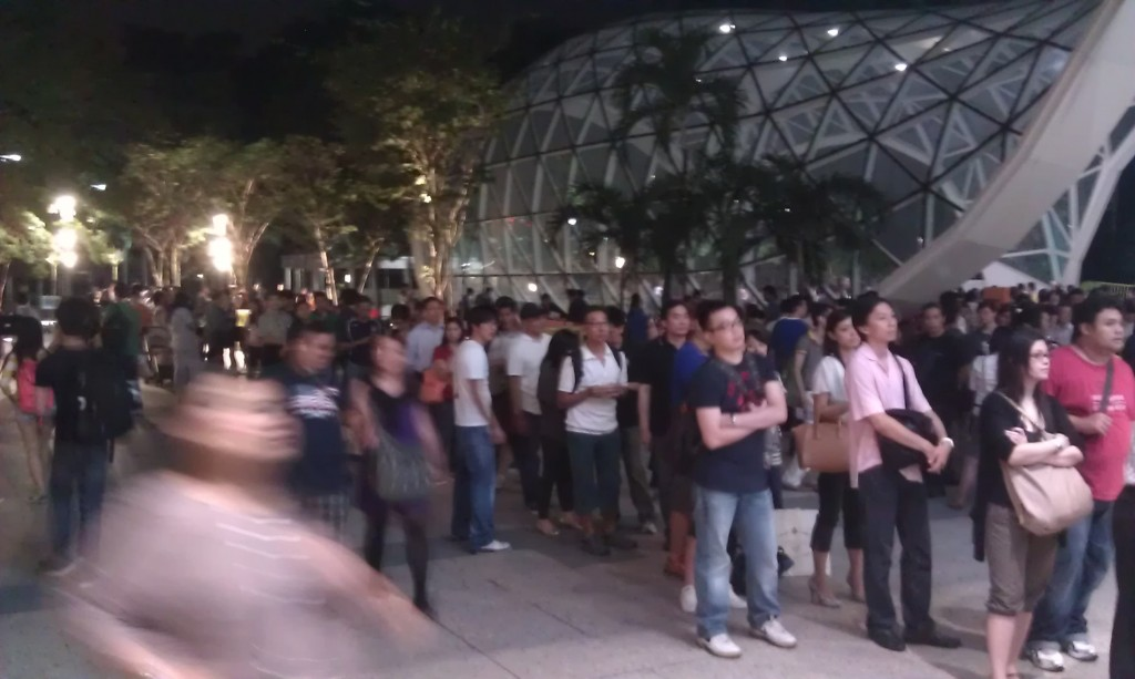 Starhub Samsung Galaxy Note II LTE Pre-launch - Start of queue outside Plaza Singapura